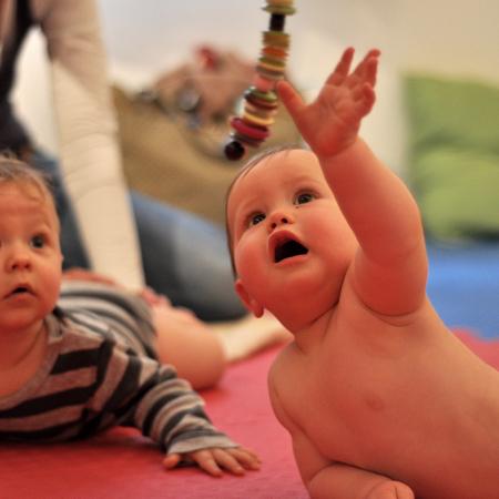 Baby greift Pekip